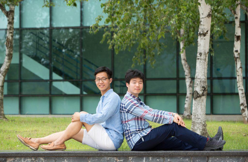 장능인 이사(우)와 장한림 학생(좌)이 KAIST 캠퍼스에서 기념사진을 촬영했다. | 사진: 안홍범