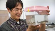권태준 교수가 수조에 들어 있는 아프리카발톱개구리를 들여다 보고 있다. | 사진: 김경채