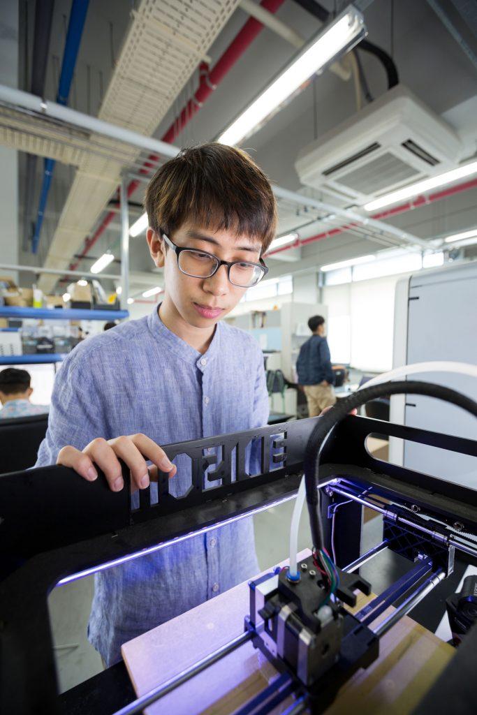 곽보건 학생이 로봇의 움직임을 눈으로 살피고 있다. | 사진: 안홍범
