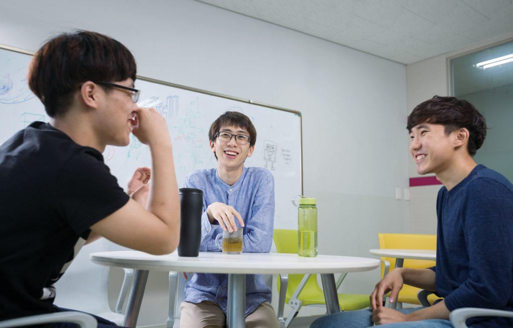연구하는 짬짬이 휴식을 즐기는 곽보건 학생과 동료들의 모습. | 사진: 안홍범