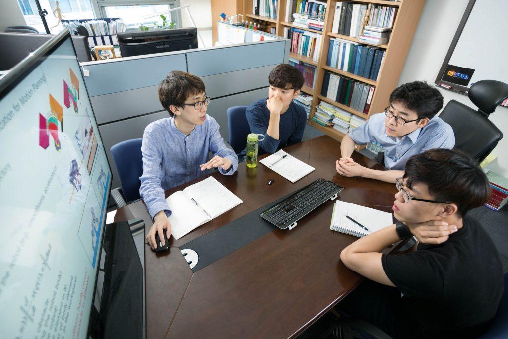 배준범 교수(오른쪽 두 번째)가 학생들과 회의를 하며 프로젝트 내용을 검토하고 있다. | 사진: 안홍범