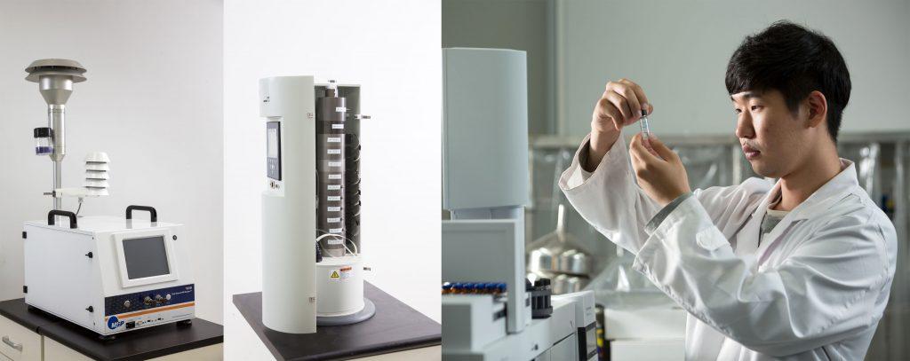 PM10실시간모니터링장치와 다단 미세먼지 포집장치, 그리고 미세먼저를 살피는 연구원의 모습