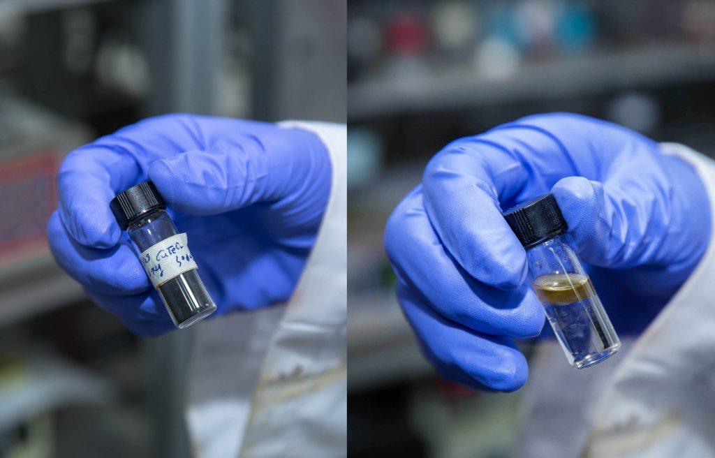 왼쪽은 이산화탄소의 수소화 반응에 활용된 촉매, 델라포사이트의 모습이고 오른쪽은 이 반응으로 생성된 디젤의 모습이다. | 사진: 김경채