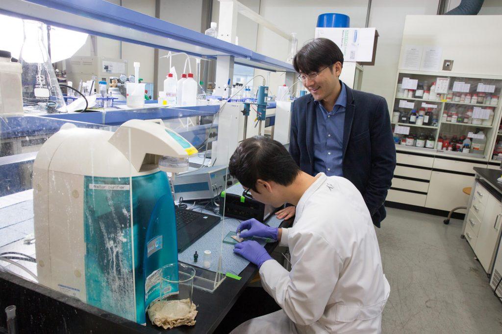 실험실에서 사영진 박사(왼쪽)를 지도하는 주상훈 교수(오른쪽)의 모습. | 사진: 김경채