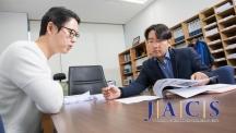 주상훈 교수(오른쪽)와 사영진 연구원(왼쪽)이 새로운 촉매 합성법 대해 의논하고 있다. | 사진: 김경채