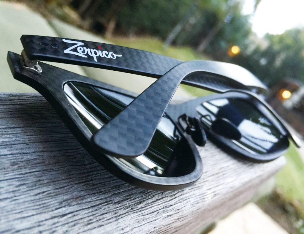 탄소섬유를 안경테로 활용한 선글라스는 유연해 사용자의 얼굴에 딱 맞을 뿐만 아니라 떨어져도 부러지지 않을 만큼 내구성이 높다.