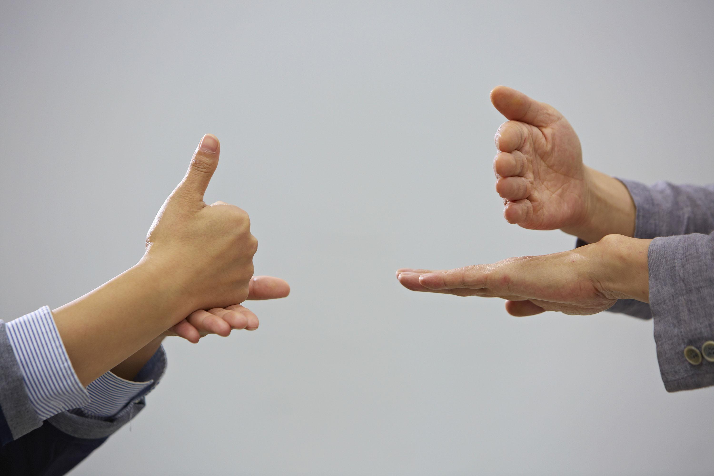 손으로 마음을 전하는 방법, 수화 | 사진: 안홍범