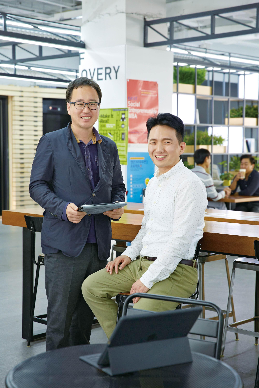 국내 최초로 시도되는 새로운 창업 모델을 이끌어나갈 김현욱 팀장과 최영찬 대표가 활짝 웃고 있다. | 사진: 안홍범