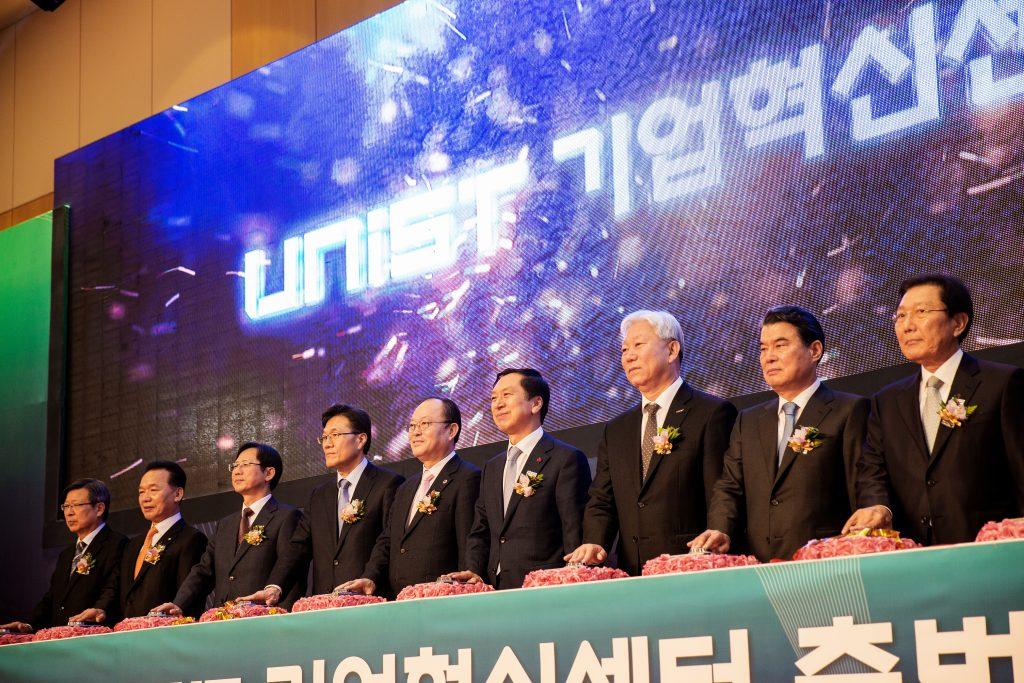 울산시, 울산상공회의소 등 산학협력 관련 기관장이 UNIST에 모여 기업혁신센터 출범을 선포 중이다.