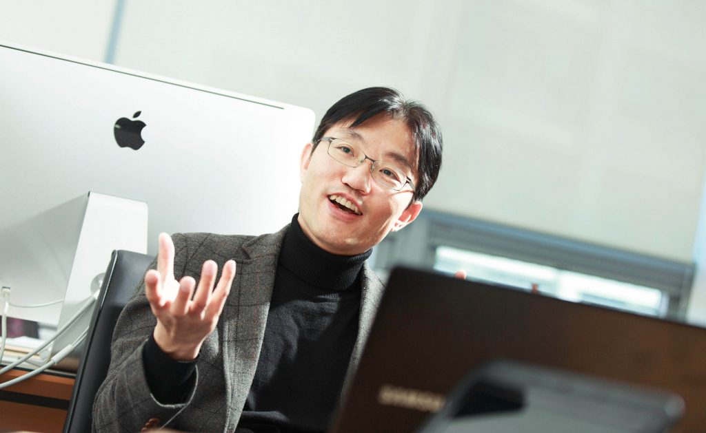 최경진 교수가 태양광 발전의 미래에 대해 이야기하고 있다.   사진: 김경채