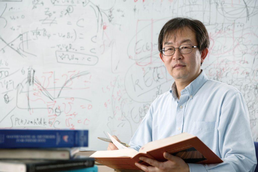 류동수 교수의 연구실 칠판에는 각종 수식이 가득하다. 실험결과를 분석하며 미지의 세계를 탐구하는 그의 머릿속을 보는 듯하다. | 사진: 안홍범
