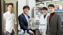 에너지 및 화학공학부 연구진이 금속공기전지의 충전과 방전 모두에서 높은 성능을 보이는 촉매를 개발했다. 이번 연구는송현곤 교수(왼쪽 끝)와 이동규 연구원(왼쪽에서 두 번째)이 주도하고, 곽상규 교수(오른쪽)와 김건태 교수(오른쪽 두 번째)도 참여했다. | 사진: 김경채, 이서연