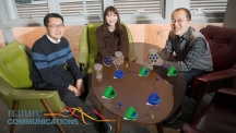 이번 연구에 참여한 연구진 사진. 왼쪽부터 최원영 교수, 이지영 연구원, 곽자훈 교수다. 탁자 위에 보이는 모식도는 다공성 물질의 내부 구조를 설계하는 방법을 나타내고 있다. | 사진: 김경채