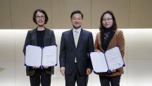 17일 열린 '미래창조 CCFO 공공부문 클라우드 컨설팅 및 선도활용 성과발표회'에서 우수상을 수상한 UNIST. 김선미 정보기술팀장(오른쪽)이 대표로 수상했다.