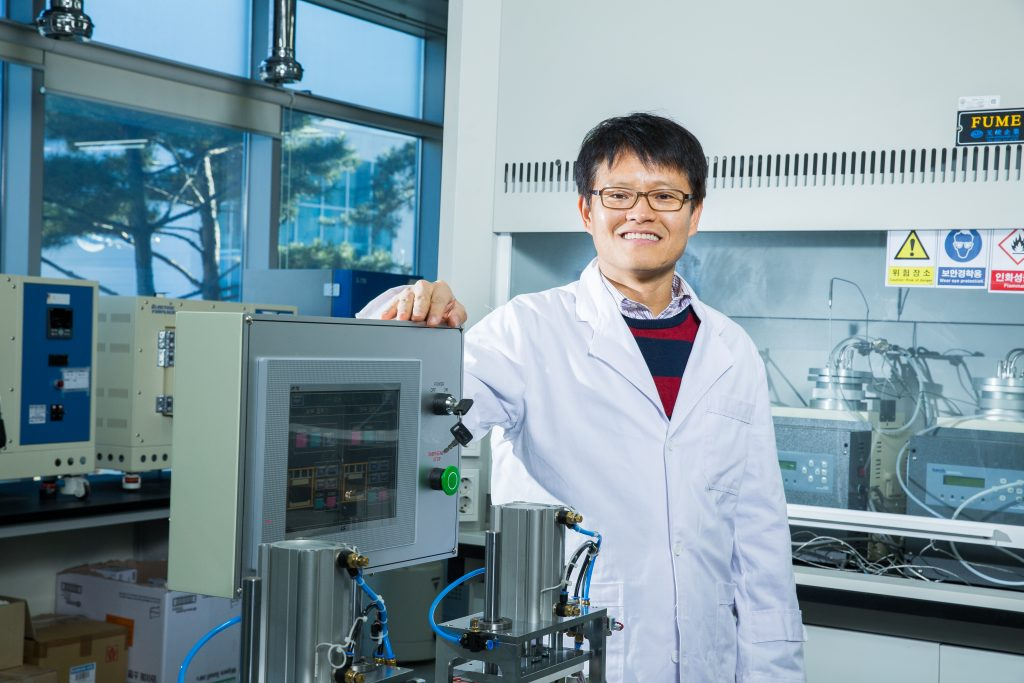 해수전지 연구를 선도하고 있는 김영식 에너지 및 화학공학부 교수의 모습. | 사진: 김경채
