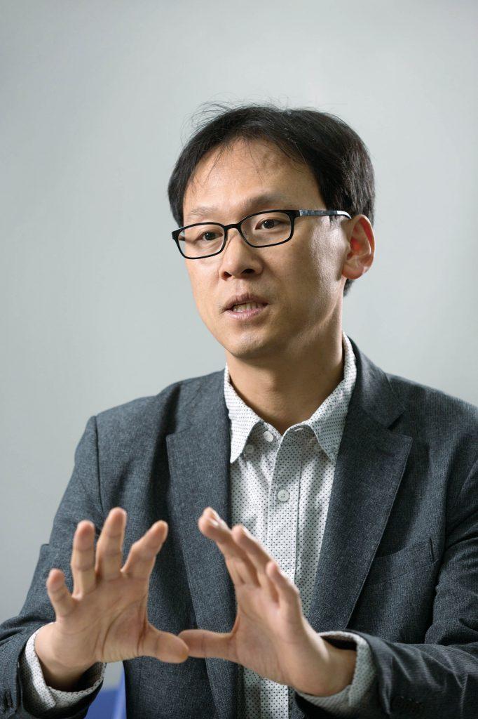 김진영 에너지 및 화학공학부 교수가 페로브스카이트 태양전지의 비전을 밝혔다. | 사진: 안홍범