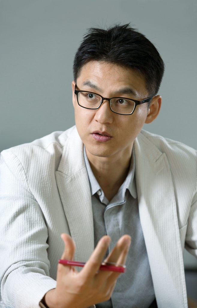 박혜성 에너지 및 화학공학부 교수가 페로브스카이트가 극복할 점을 짚었다. | 사진: 안홍범