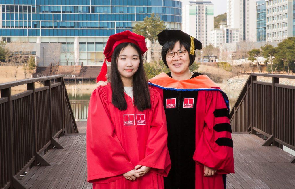 임미희 지도교수와 졸업사진을 촬영한 울산광역시장상 수상자 한지연(자연과학부) 씨(왼쪽)