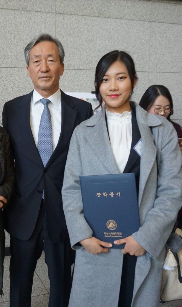 박주미 대학원생과 정몽준 아산사회복지재단 이사장.