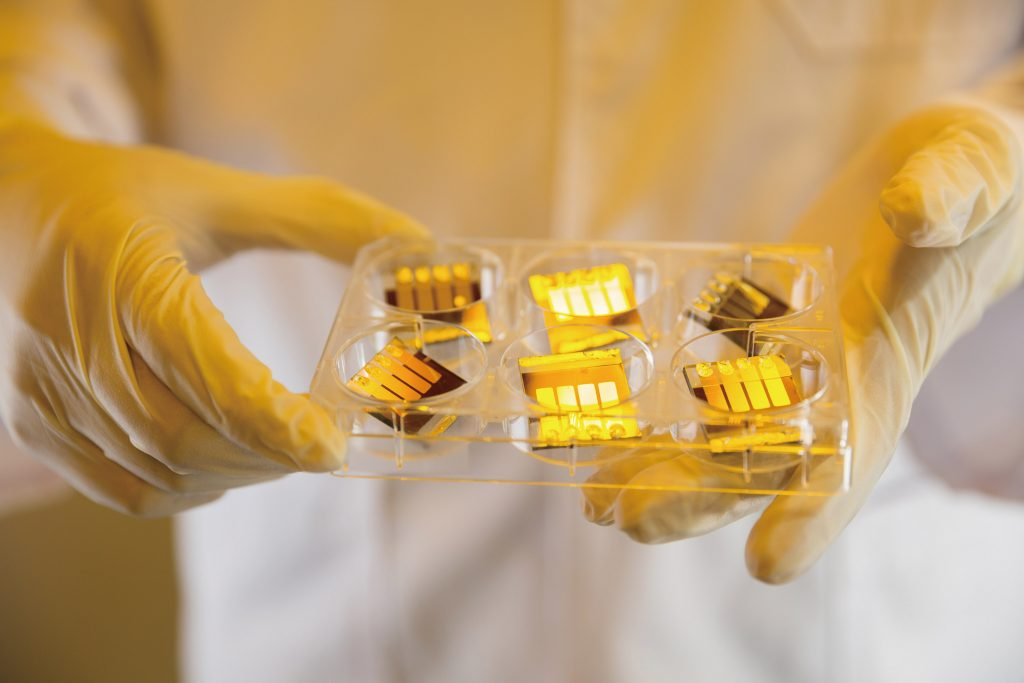 UNIST에서 스핀 코팅 방법으로 제조한 태양전지 단위 셀의 모습. 스핀 코팅은 코팅할 물질을 표면에 떨어뜨리고 고속으로 회전시켜 얇게 퍼지게 하는 방법을 말한다. | 사진: 안홍범