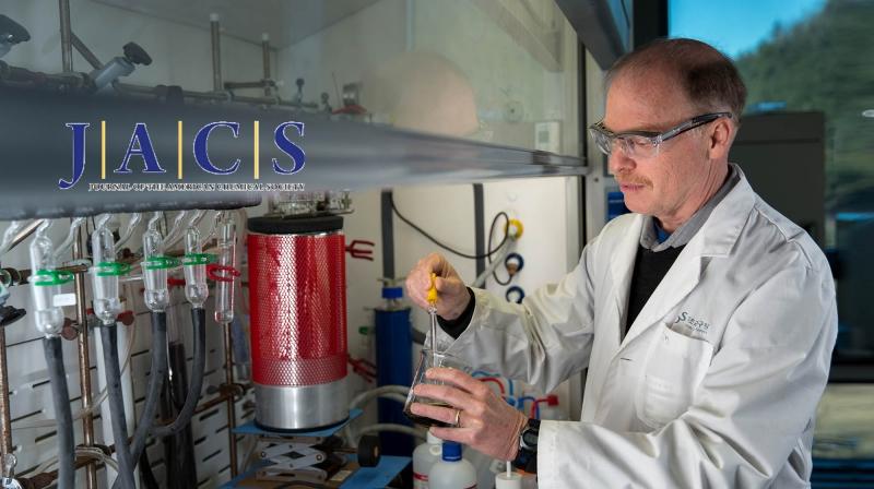 로드니 루오프 교수가 실험실에서 다양한 물질의 특성을 살펴보고 있다. | 사진: 안홍범