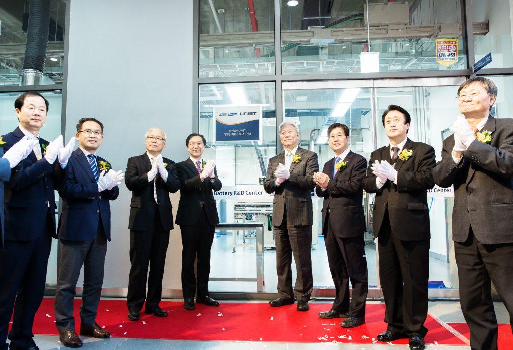 이차전지 산학연 연구센터에 입주하게 되는 삼성SDI-UNIST 미래형 이차전지 연구센터 현판식