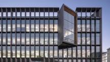 UNIST 미래형 이차천지 산학연 연구센터를 정면에서 촬영한 모습. 지하1층, 지상 5층의 건물에 배터리 연구에 관한 장비와 인력이 집약돼 있다. | 사진: 정림건축