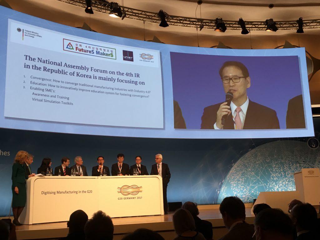 김동섭 미래전략연구소 소장이 G20 사전 협의회에서 중소기업 활성화 방안에 관해 제시 중이다.
