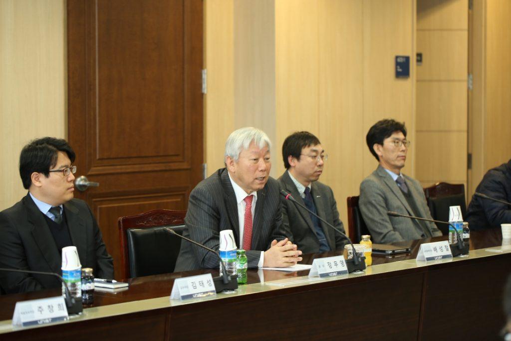 수출형 연구 통한 재정 자립의 비전을 설명 중인 정무영 UNIST 총장