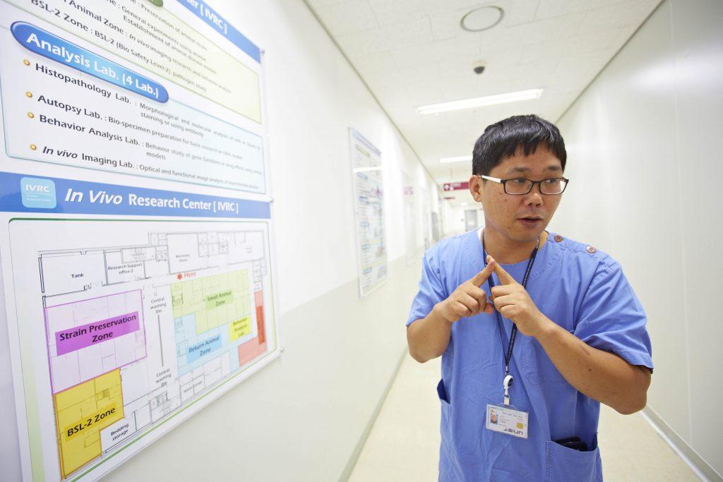 박경수 팀원이 생체효능검증실 전반에 대해 설명하고 있다. | 사진: 안홍범