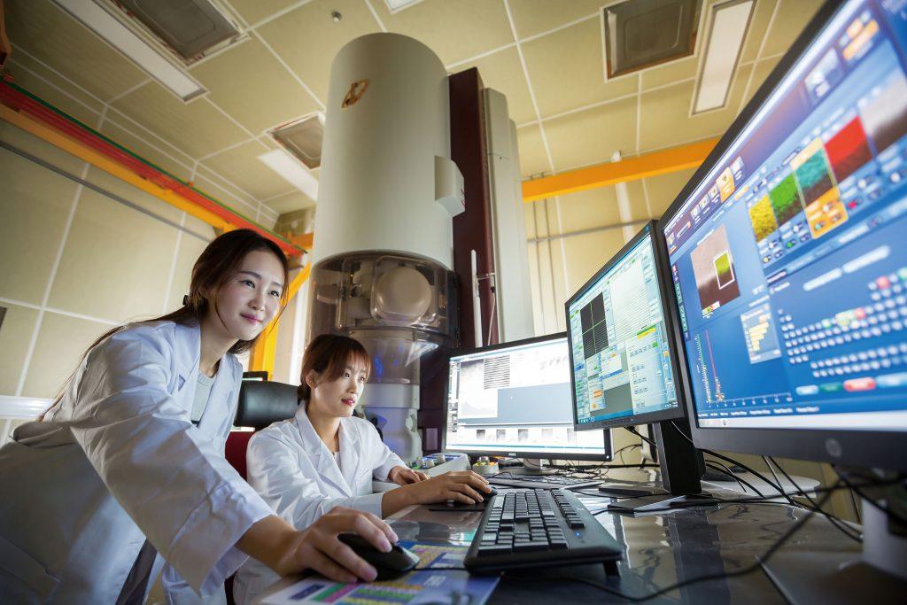 이차전지 산학연 연구센터의 연구원이 이차전지 소재를 분석 중이다