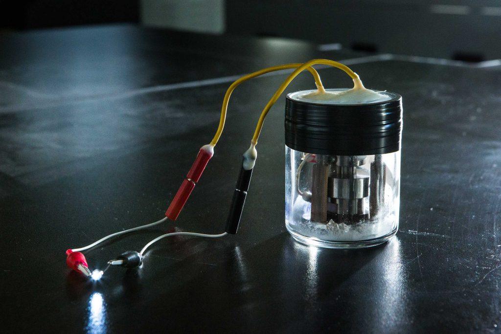 정윤석 교수팀이 개발한 전고체 리튬 배터리의 모습. 전극과 전해질이 모두 고체인 전지로 전구에 불을 켜는 모습이다. | 사진: 아자스튜디오 이서연