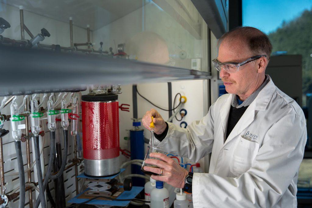 실험실에서 연구 중인 로드니 루오프 교수의 모습. 그는 한국에서 활발하게 활동하며 좋은 실적을 내고 있다. | 사진: 안홍범