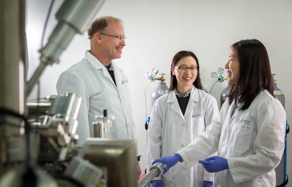 로드니 루오프 교수가 IBS 다차원탄소재료연구단 연구원들과 토론 중이다. | 사진: 안홍범