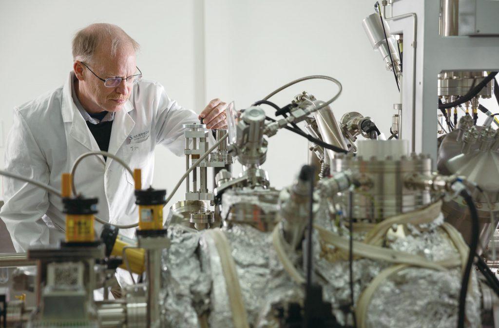 로드니 루오프 교수가 X-선 광전자 분광기(X-ray photoelectron spectroscopy)를 살피고 있다. 표면에서 물질의 성분과 결합구조 등을 알아볼 수 있는 이 기기는 그래핀과 같은 수 nm 두께의 물질을 연구할 때 매우 필수적인 장비이다. | 사진: 안홍범