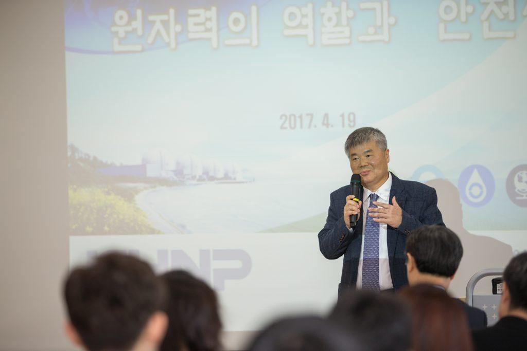 한상길 한국수력원자력 기술전략처장이 '원자력 역할과 안전성'에 관해 기조연설 중이다