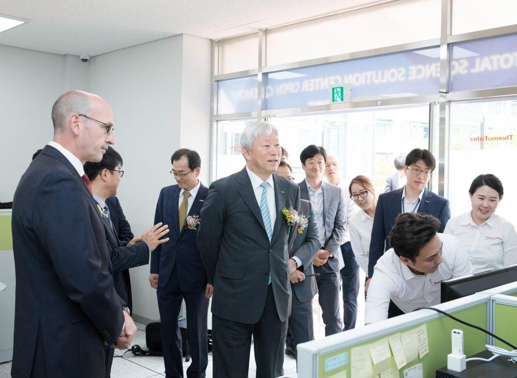 정무영 UNIST 총장과 토니 아끼아리토(Tony Acciarito) 써모 피셔 사이언티픽 대표(제일 왼쪽)가 연구 물품 구매 과정 시연을 살펴보고 있다.