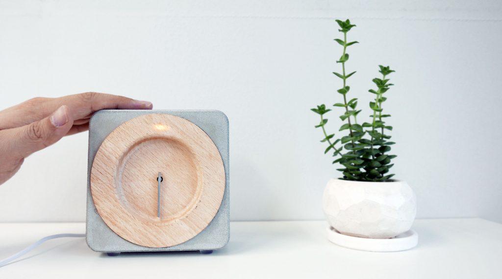 큐이토 사용 모습: 큐이토의 콘크리트 부분을 누르면 시계바늘이 움직이고, 불빛이 들어오면서 다음 일정에 대한 안내를 해준다.