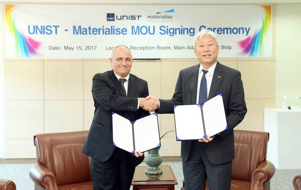 정무영 총장과 요한 파월 머티리얼라이즈 부사장이 15일(월) 공동연구를 위한 MOU 체결서를 상호 교환했다.