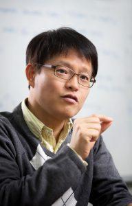 해수전지라는 독특한 영역을 개척하고 있는 김영식 교수의 모습. | 사진: 안홍범