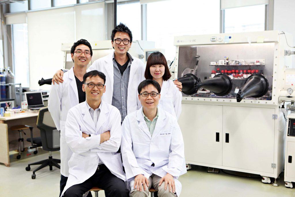 2003년, 최효성 교수가 김진영 교수(아래줄 왼쪽) 연구실에 속했을 당시 모습. 연구팀은 고효율 고분자 광전자 소자를 개발해 에 게재했다.