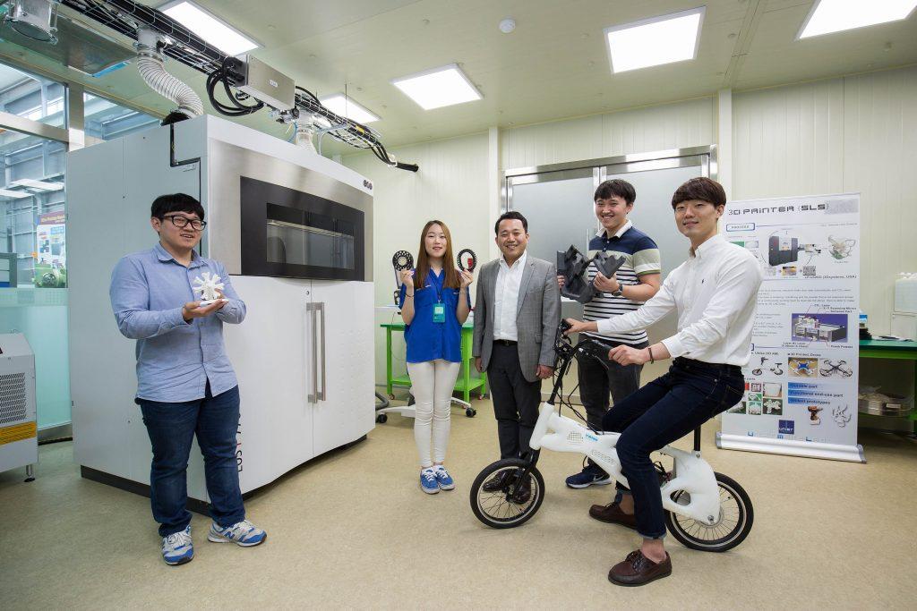 김남훈 교수 연구팀에서는 2017년 봄학기에 첫 박사가 탄생했다. 지금까지 석사 과정을 졸업한 학생들은 대부분 기계와 전자 등 제조업을 기반으로 하는 대기업으로 진출했다. 김 교수는 앞으로 3D 프린팅을 기반으로 한 제조분야에도 나아갈 수 있기를 희망한다. | 사진: 아자스튜디오 남윤중