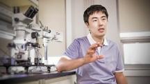 김건호 교수가 112동 7층에 마련된 실험실에서 급속냉각마취기술에 대해 설명하고 있다. | 사진: 김경채