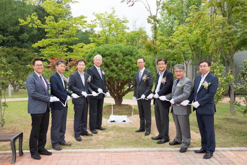 기념식수 행사 단체 사진. 가운데 왼쪽이 정무영 총장, 오른쪽이 한영태 회장이다. | 사진: 김경채