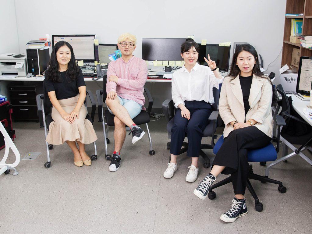 코어닷투데이에서 함께 일하는 동료들과 사진을 촬영한 오슬기 변호사. | 사진: 김경채