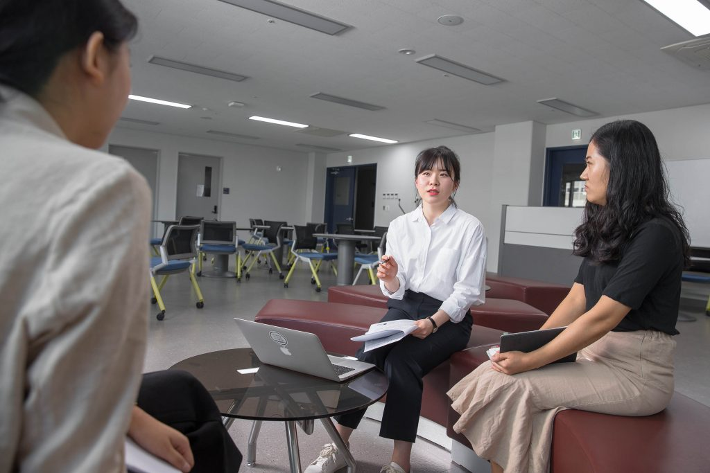 동료들과 의논하면서 새로운 영역을 개척하고 있는 오슬기 변호사의 모습. |사진: 김경채