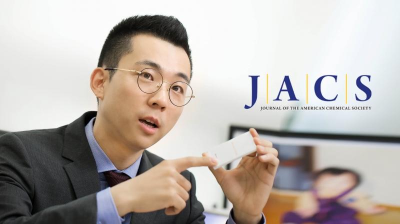 이현욱 교수가 리튬이온배터리를 손에 들고 충전과 방전을 실시간으로 관찰하면 좋은 점에 대해 말하고 있다. | 사진: 김경채
