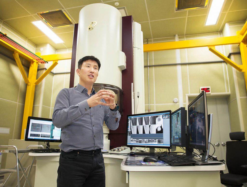 UNIST 이차전지 산학연 연구센터에 설치된 투과전자현미경을 배경으로 설명 중인 조재필 교수의 모습. | 사진: 김경채