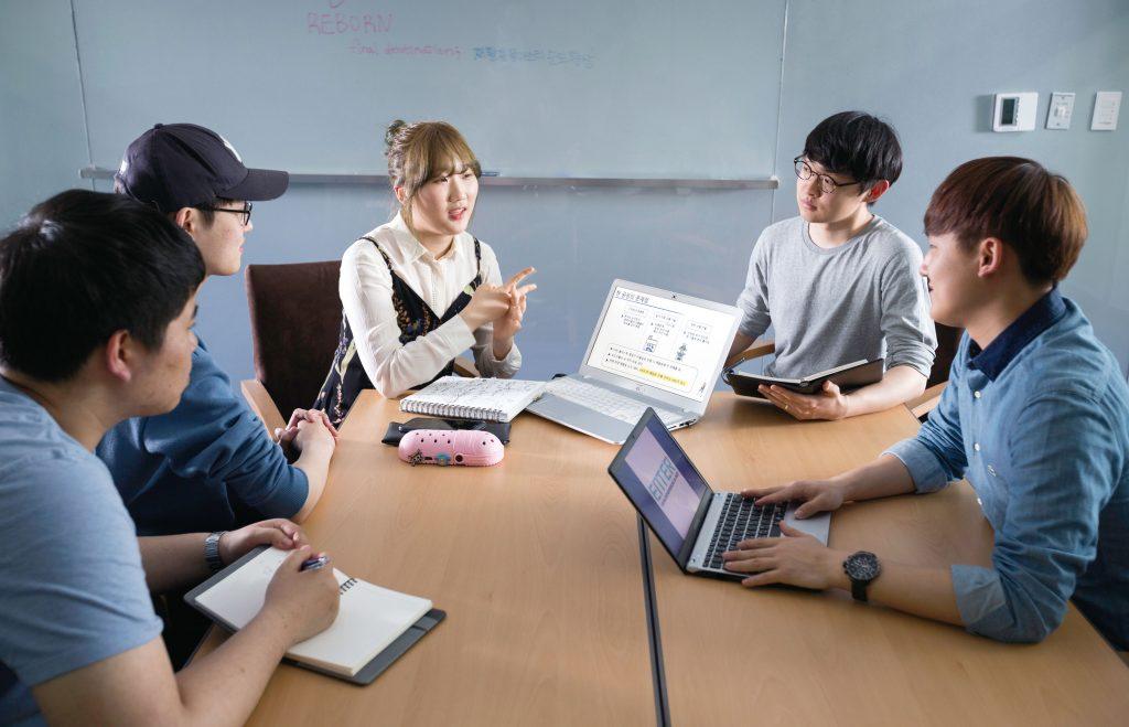 창업인재전형 학생들은 서로의 아이디어를 나누며 응원하고 격려한다. | 사진: 안홍범