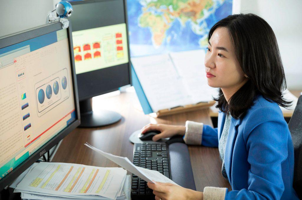 강사라 교수가 자신의 연구실에서 기후변화에 관한 데이터를 살피고 있다. | 사진: 안홍범
